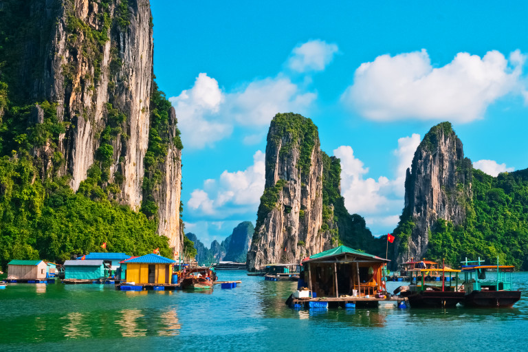 Najbajkovitija mesta na planeti  - Page 2 Asia-vietnam-halong-bay-rocks-nature-boats-small